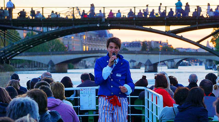 Live commentary by a guide aboard a Vedette du Pont-Neuf